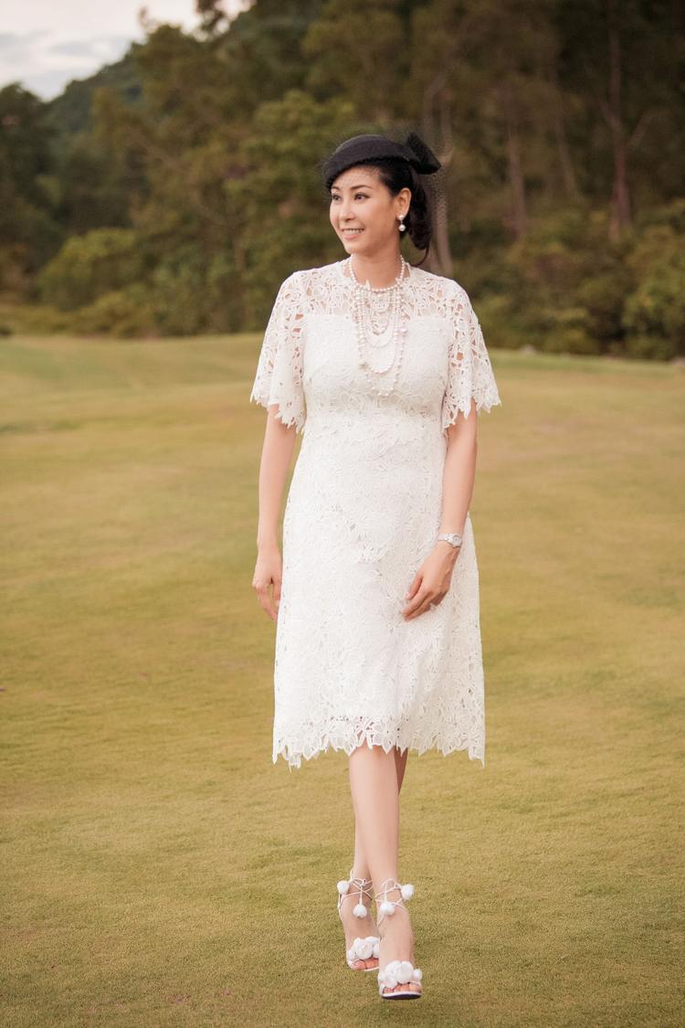Hoa hậu Việt Nam 1992 Hà Kiều Anh cũng chọn sắc trắng với chất liệu ren cho sự xuất hiện lần này. Tuy nhiên, Hà Kiều Anh lại chọn thiết kế có màu sắc nữ tính với dáng váy chữ A truyền thống kết hợp phụ kiện lưới cài tóc đặc trưng của phong cách cổ điển.