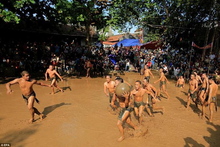 Trước khi lễ hội diễn ra, ban tổ chức sẽ mang nước từ sông đổ vào khu vực sân thi đấu rộng khoảng 200 m2. Tại đây, 16 nam thanh niên chưa vợ, chia làm hai đội cùng nhau tranh tài.