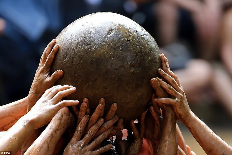 Trong 3 ngày diễn ra lễ hội, người dân địa phương cùng nhau cầucho mưa thuận gió hòa, mùa màng bội thu, quốc thái dân an. Lễ hội vật cầu bùn luôn được người dân hưởng hứng nhiệt tình do 4 năm mới tổ chức một lần.