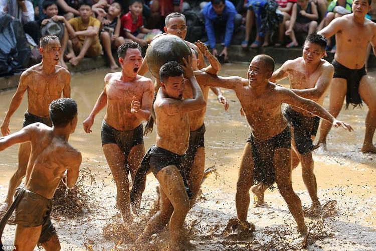 Lễ hội thường được tổ chức vào ngày 12/4 - 14/4 âm lịch để kỷ niệm chiến thắng ma quỷ của 4 anh em Trương Hống, Trương Hách, Trương Lừng và Trương Lẫy (thế kỷ 4 - 5).