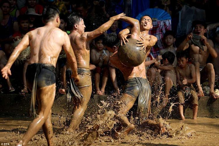 Do mặt sân thi đấu chưa bùn nhão, nên khá trơn trượt. Tuy vậy, dường như các cầu thủ cũng như khán giả không hề lo ngại đến việc bị lấm bẩn.