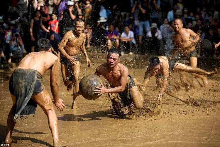 Những hình ảnh đáng chú ý này được chụp tại lễ hội vật cầu bùn làng Vân, tỉnh Bắc Giang hôm 26/5,Daily Mail đưa tin. Lễ hội vật cầu còn được gọi làhội Khánh Hạ.