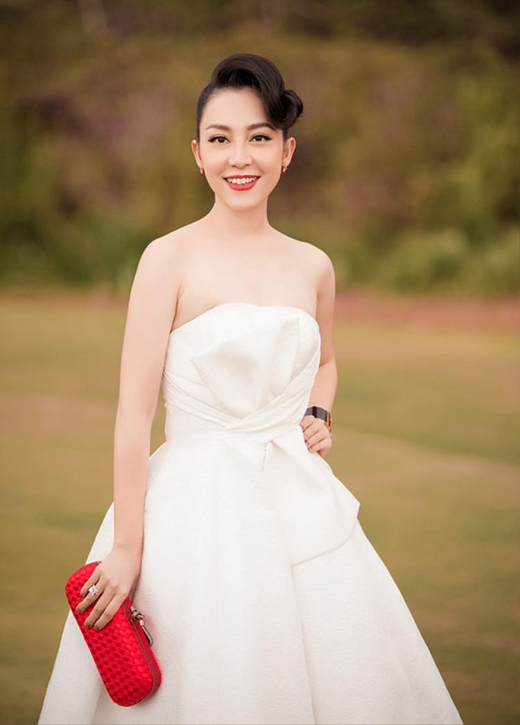 Linh Nga luôn đẹp, nhưng mái tóc lần này của cô khiến Linh Nga không lộng lẫy như vẻ đẹp của cô vốn thuộc về.