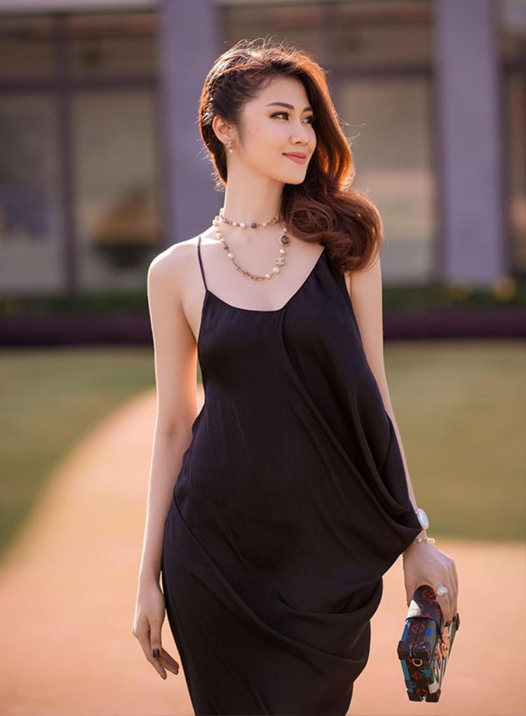 Người mẫu, MC Thu Hằng trở thành quý cô sành điệu với phong cách này, cùng mái tóc buông hờ một bên vai.