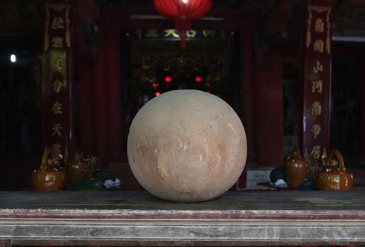 Quân cầu bằng gỗ lim, đường kính 35 cm, nặng khoảng 20 kg được làm lễ và trưng bày ngay cửa đền để người dân, khách thập phương tận mắt chiêm ngưỡng.