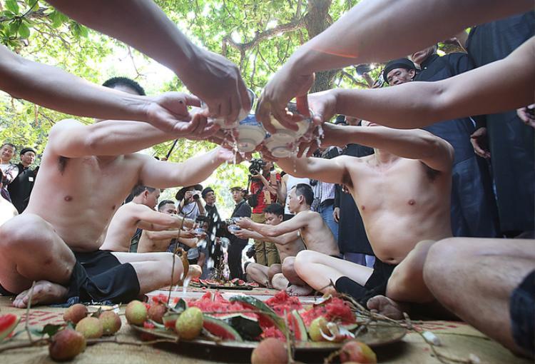 Sau phần nghi lễ vào đền làm lễ tế Đức Thánh Tam Giang, các quan cầu uống mỗi người ba lưng bát rượu, ăn hoa quả (dưa hấu, xoài, thanh long, vải) rồi xuống sân đấu.