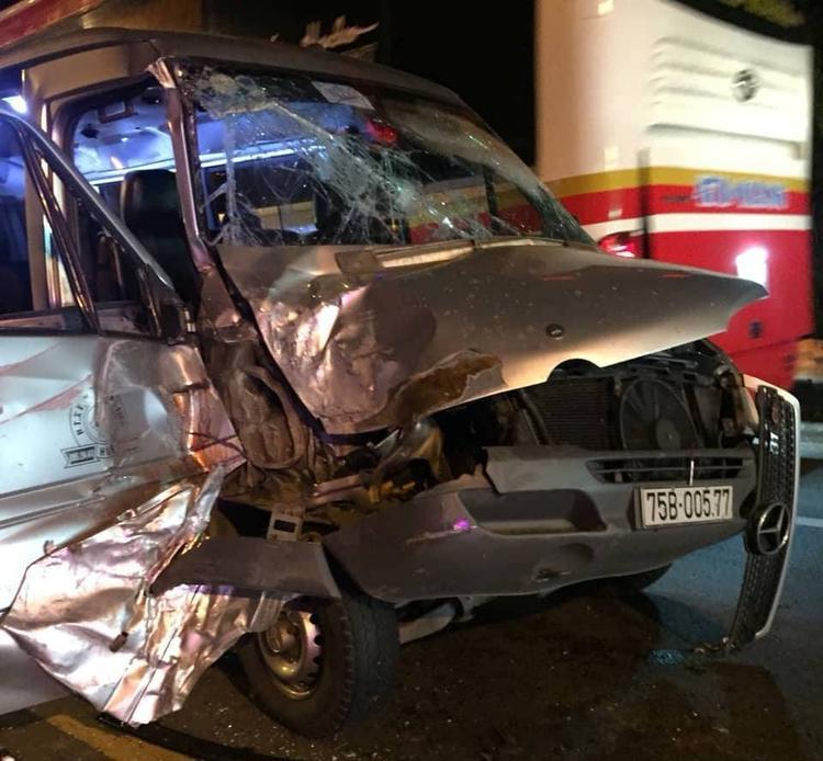 Ô tô khách nát bươm sau tai nạn.