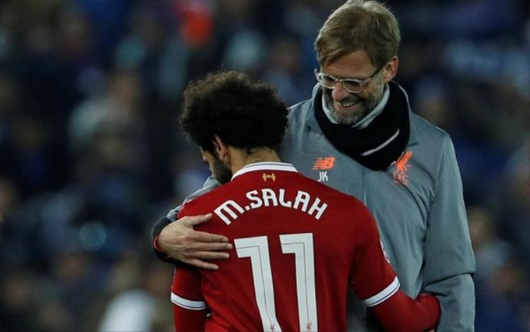 HLV Klopp động viên Salah khi anh buộc phải rời sân từ rất sớm