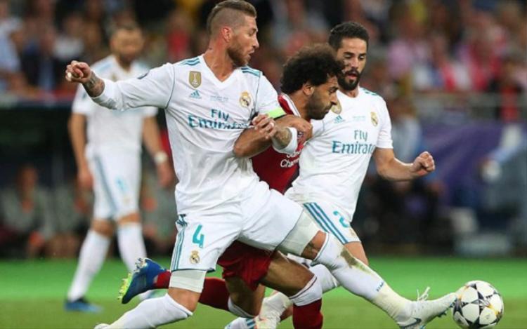 Salah trong một pha tranh chấp cùng trung vệ Sergio Ramos