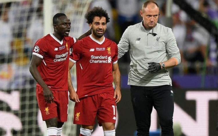Salah bật khóc khi phải rời sân vì chấn thương