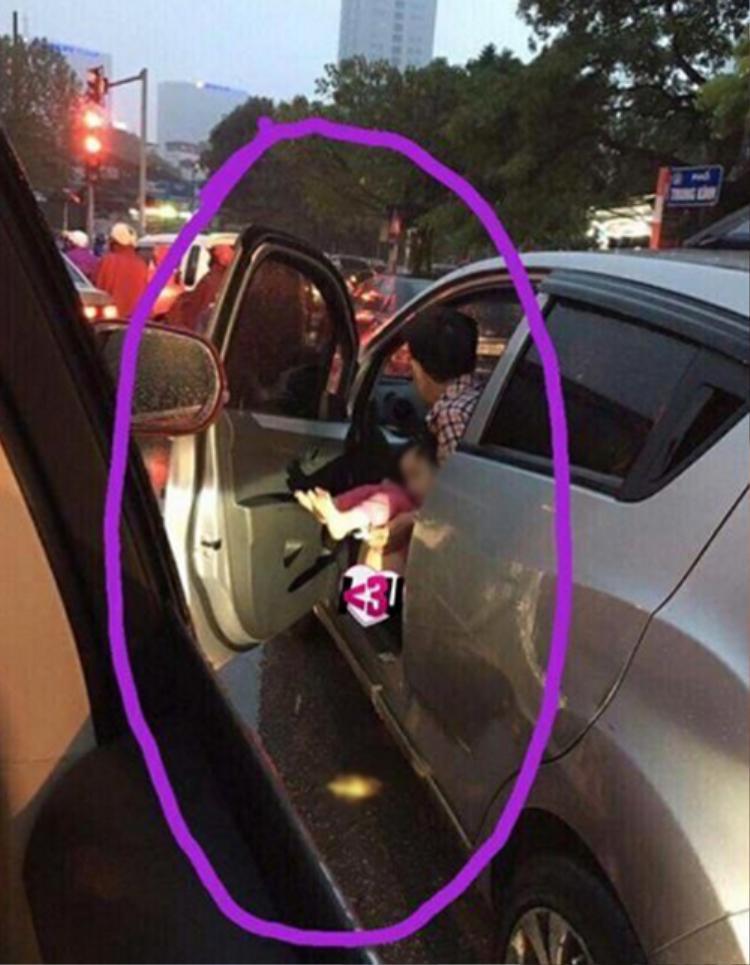 Bố thản nhiên mở cửa ôtô, cho con đi vệ sinh giữaphố Trung Kính, Hà Nội.