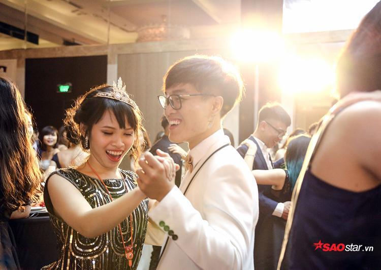 Cười thả ga khi khiêu vũ cùng nhau