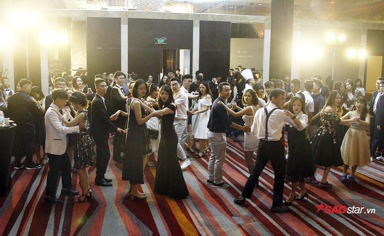 Toàn bộ những vị khách có mặt cùng nhau nhảy vũ điệu slow lãng mạn.