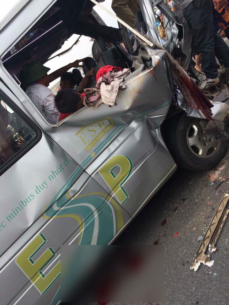 Chiếc xe khách bẹp rúm, hư hỏng hoàn toàn sau tai nạn.