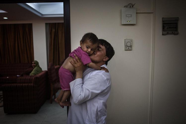 Người chồng hiện tại và con trai 1 tuổi củaKhadija.