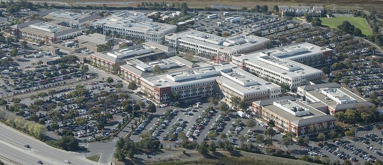 Khuôn viên trụ sở Facebook và… hàng đống xe đỗ xung quanh.