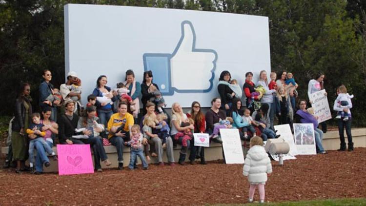 Một nhóm những người tới phản đối Facebook.