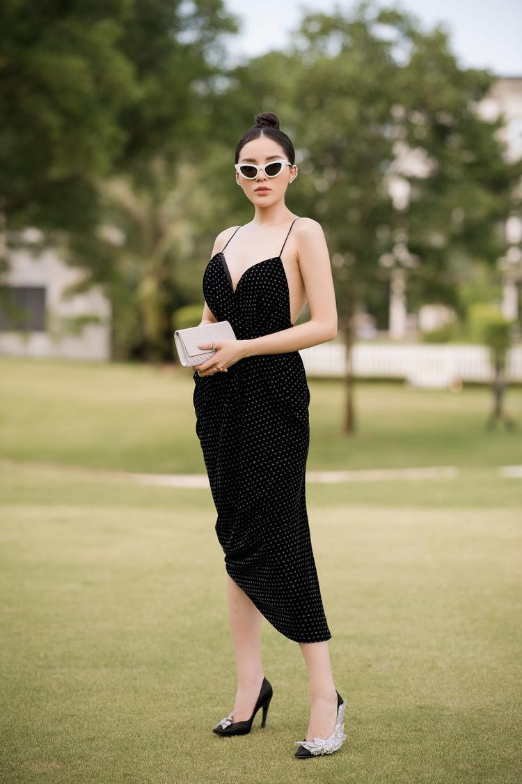 """Hoa hậu Kỳ Duyên cũng rất xuất sắc khi """"đánh chiếm"""" bảng xếp hạng với hai outfit lộng lẫy. Đầu tiên là bộ váy chấm bi, cúp ngực trễ nải khoe trọn đôi gò bồng đào. Người đẹp mix cùng giày Balenciaga ánh kim, giá trị lên tới gần 50 triệu đồng."""
