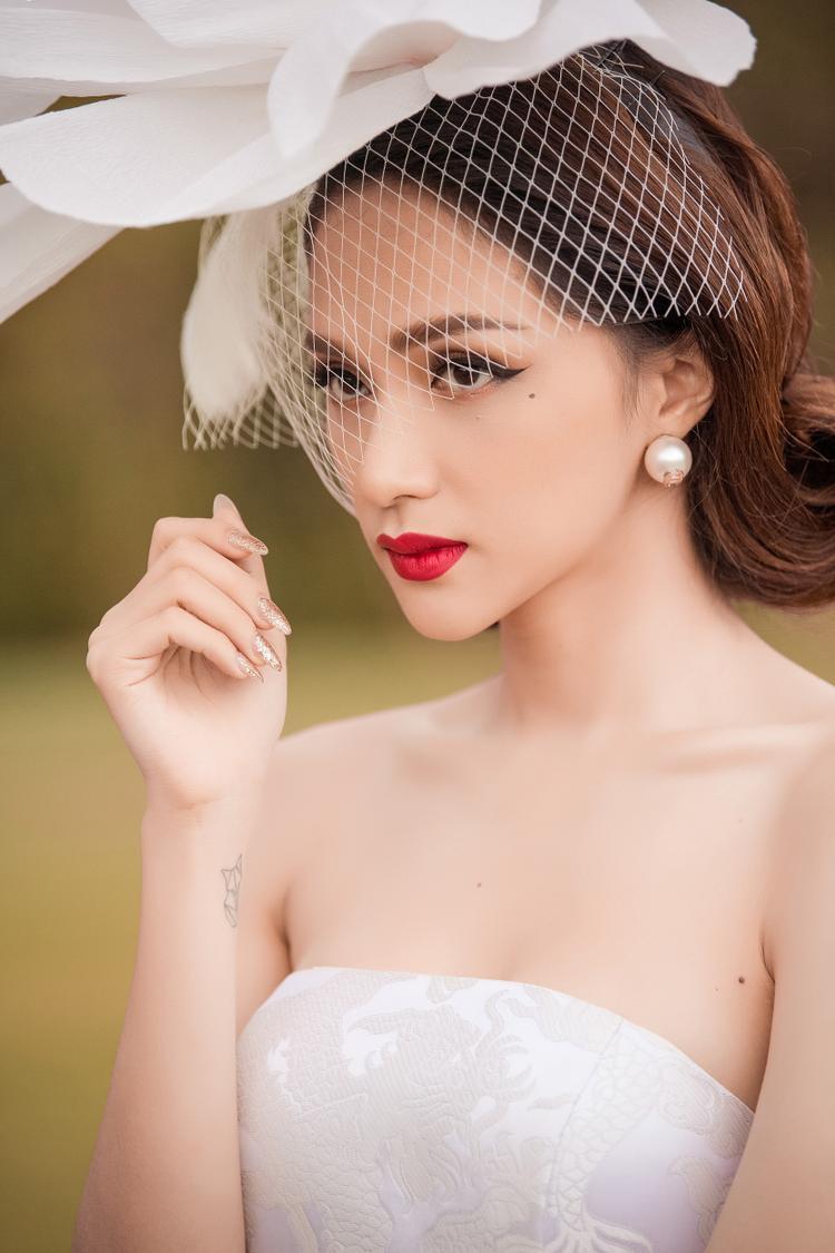 Cùng team son đỏ rực rỡ còn có Hương Giang. Làn da mịn màng không tì vết của Hương Giang cũng là một điểm cộng giúp cô thành công hơn với kiểu trang điểm sắc đến từng đường nét như thế này.