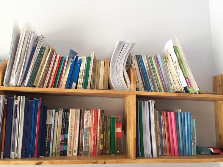 Tủ sách vở của cô bạn với những giáo trình dày cuộm.