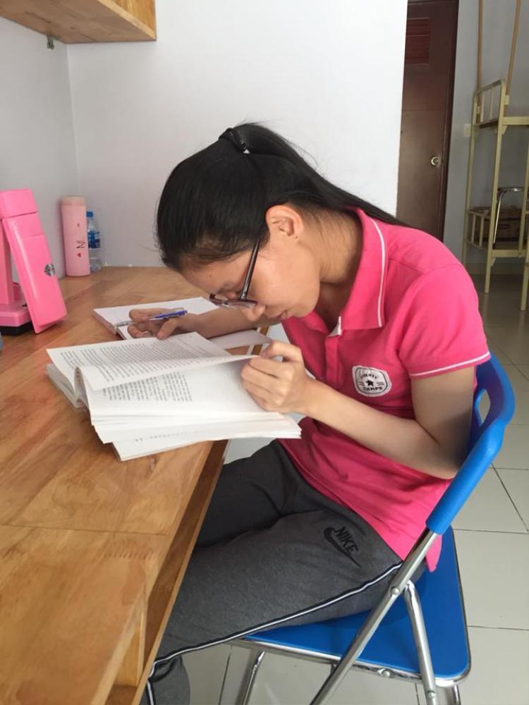 Mỗi lần ghi chép, Trâm phải dùng một chiếc kính dày cộm chuyên biệt, sau đó, Trâm sử dụng phần thị lực ngoài rìa mắt, cúi sát xuống sách vở và ghi chép.