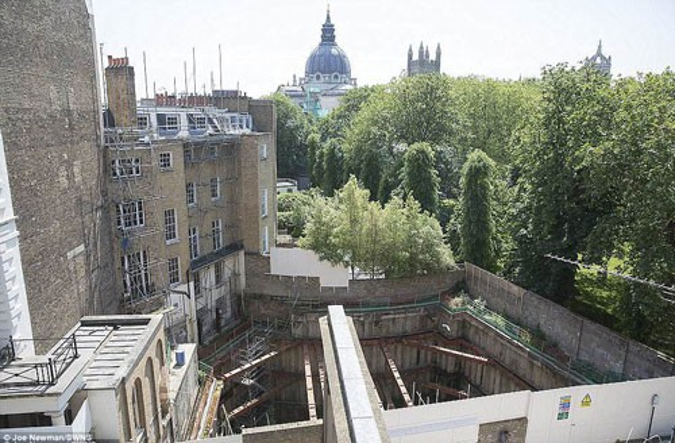 Việc xây dựng tầng hầm tại một ngôi nhà ở khu Knightsbridge, London kéo dài hơn một thập kỷ khiến người dân địa phương phẫn nộ. Ảnh: SWNS