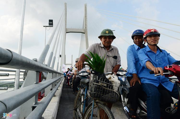 """""""Xe cộ đông đúc quá, đi lên đạp xe không nổi, xuống dốc sợ người ta đụng vào nên tôi phải dắt bộ qua cầu"""", cụ Trần Văn Mười, ngụ xã Tân Mỹ, huyện Lấp Vò nói."""