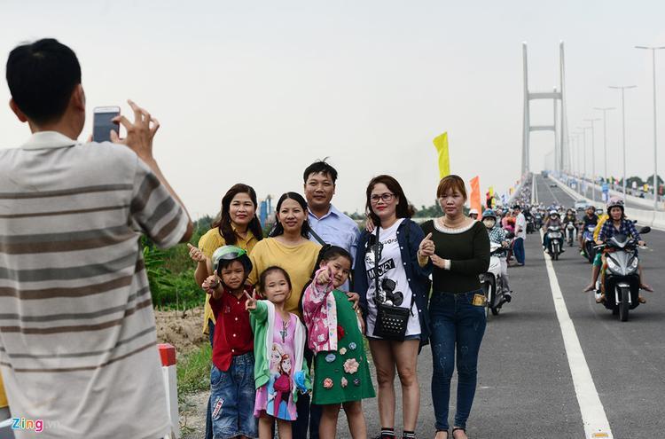 Cả nhóm chụp hình lưu niệm ngày đầu tiên thông xe ở khoảng cách hàng trăm mét.