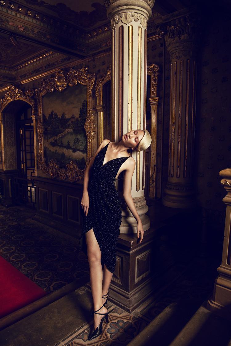 …Thì thiết kế hai dây, xẻ ngực gợi cảm lại phù hợp với những quý cô ưa chuộng sự hiện đại.