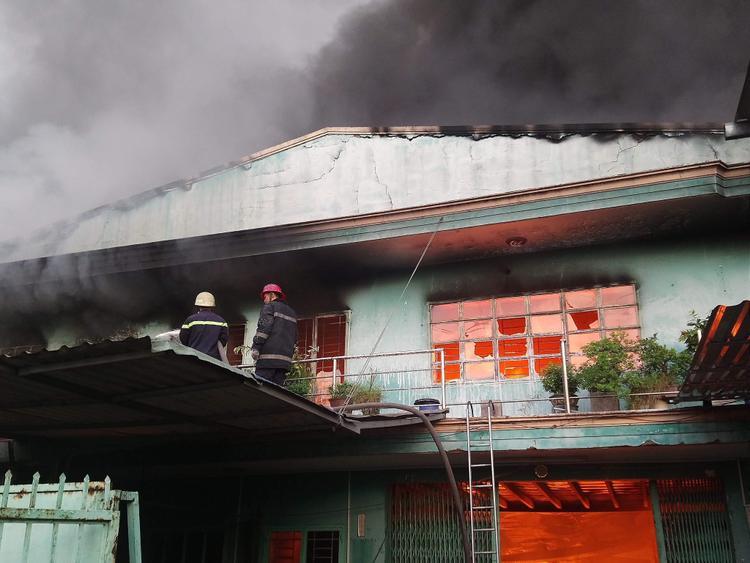 Vụ cháy khiến 2 công ty bị thiêu rụi.