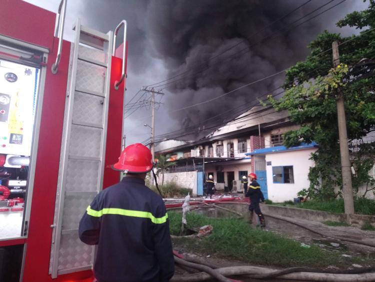 Cháy dữ dội tại 2 công ty lúc rạng sáng, 1.700m2 diện tích bị lửa thiêu rụi