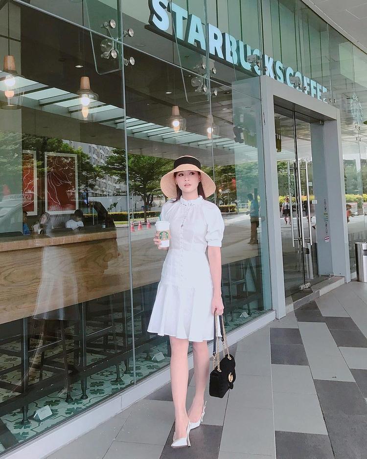 Cô nàng Sam còn không quên diện kèm váy trắng với phụ kiện mũ cói trendy nhất mùa hè.