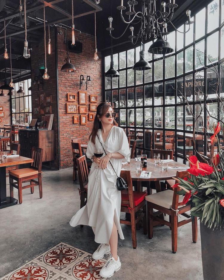 Không hổ danh là 1 fashion icon, Yến Nhi cao tay phối chiếc đầm trắng với đôi sneaker hầm hố làm tăng vẻ cá tính cho bộ trang phục đơn giản thường ngày.