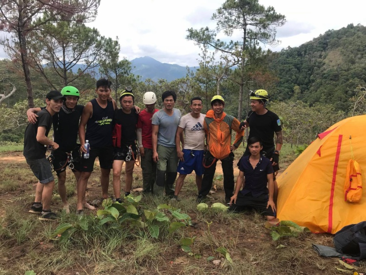 Những thành viên trong đoàn cứu hộ đưa thi thể An Kiện lên từ thác Lao Phào.