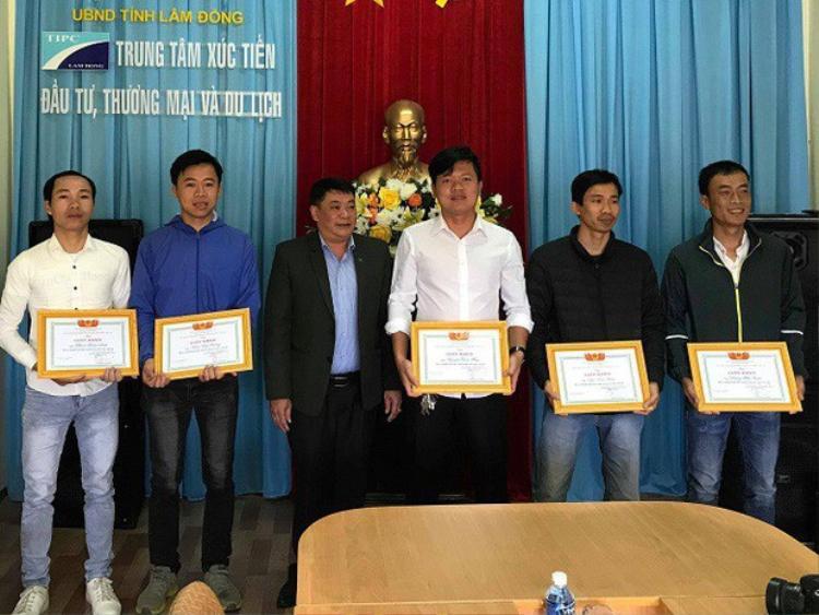 Năm người được Hiệp Hội du lịch Lâm Đồng khen thưởng - Ảnh: CAND.