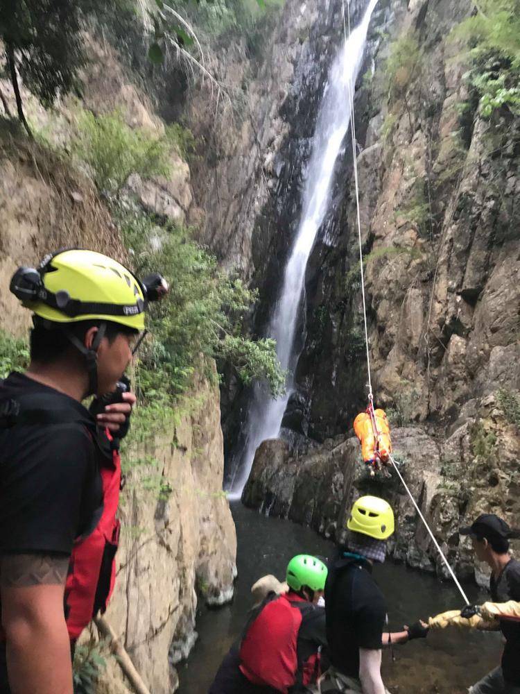 Thi thể phượt thủ Thi An Kiện được đưa lên qua 3 tầng thác dữ.