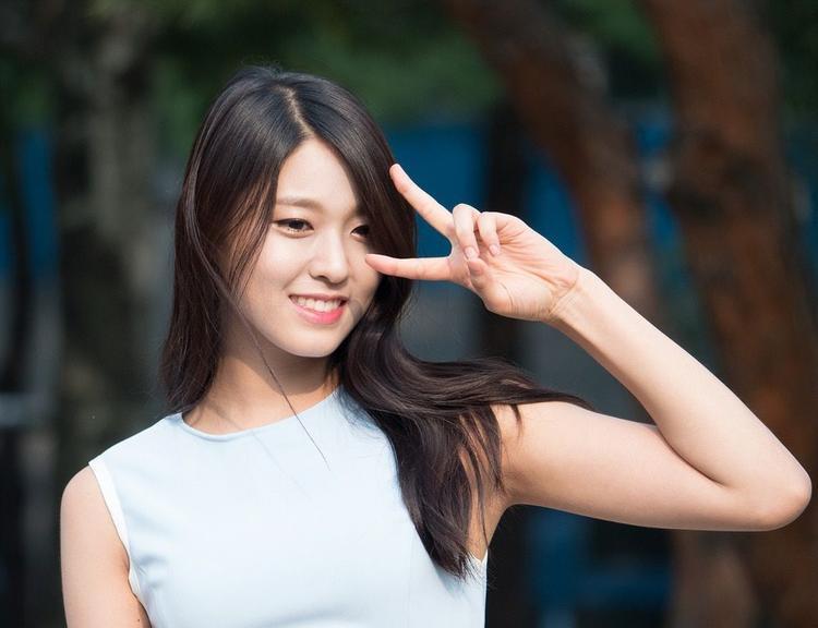 """Cuối cùng, Seolhyun mới đây đã lên tiếng ủng hộ một nạn nhân của một vụ quấy rối tình dục, đứng lên vì nữ quyền. Và tất nhiên, các fanboy không thích điều này. Ủng hộ nữ quyền chẳng có gì sai nhưng đối với một xã hội còn mang nặng tư tưởng """"trọng nam khinh nữ"""" như Hàn Quốc thì đây là điều mạo hiểm với các sao nữ."""