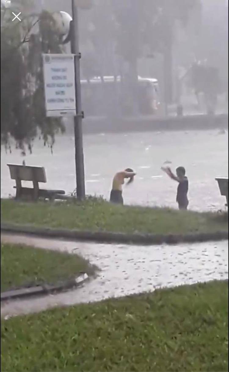 Cô gái được cho là tắm tiên và chơi đùa giữa trời mưa cùng bạn trai