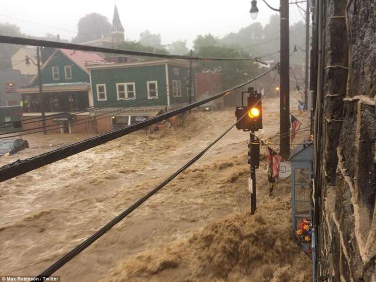 Ngày 27/5 vừa qua, người dân khu vực Ellicott City, ngoại ô thành phố Baltimore, bang Maryland, Mỹ phải hứng chịu một trận lũ quét dữ dội, khiến cả thành phố chìm trong biển nước.