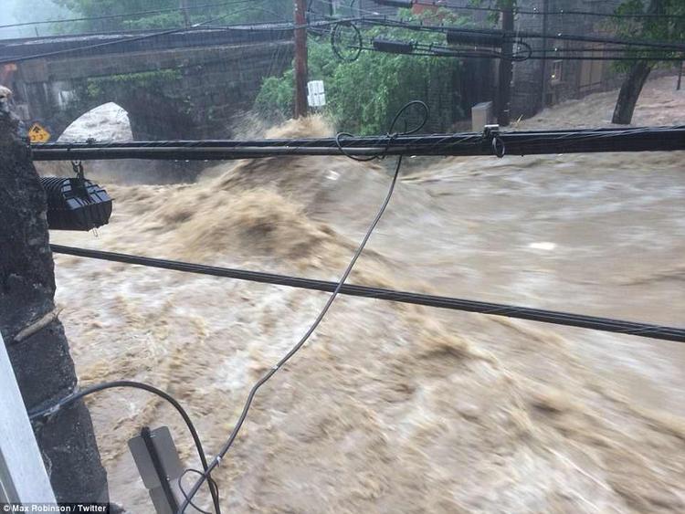 Lũ lụt kéo theo bùn đất cao tới 3 - 5 m làm phá hủy tầng trệt của nhiều tòa nhà. Hiện tại, giới chức đang tập trung mọi công tác cứu hộ để giảm thiểu tối đa do thương vong từ lũ lụt.