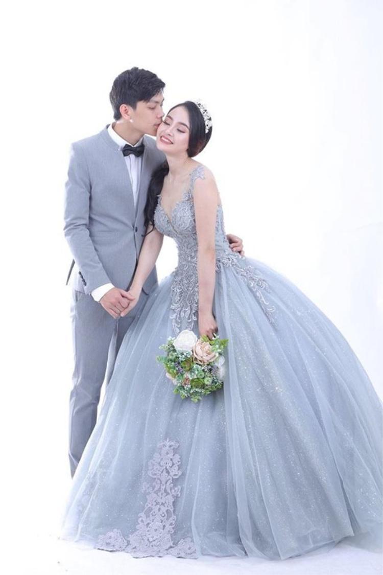 Được biết, Bình Nhi chỉ mới kết hôn được 1 tháng. Chồng mới cưới cũng là người đăng kí cho cô tham gia chương trình The Voice.