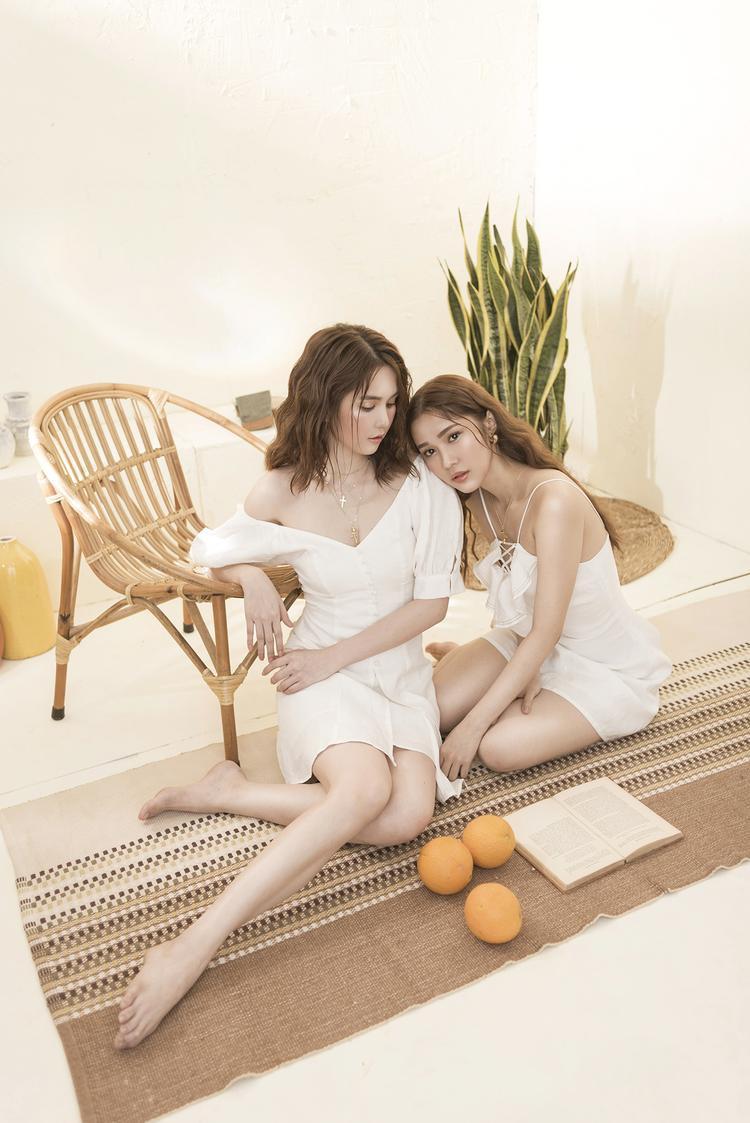 """Bộ ảnh có tên gọi """"Summer Sisters"""", lấy ý tưởng từ hai chị em gái, tương đồng nhau cả về nhan sắc lẫn gu ăn mặc. Có thể nhận định, Quỳnh Hương - Ngọc Trinh là sự lựa chọn hoàn toàn phù hợp khi hóa thân thành hình tượng này."""