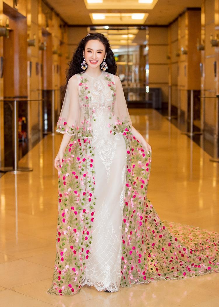 Trong thiết kế của NTK Công Trí, Angela Phương Trinh hóa thân thành nàng công chúa mà ai cũng yêu mến.