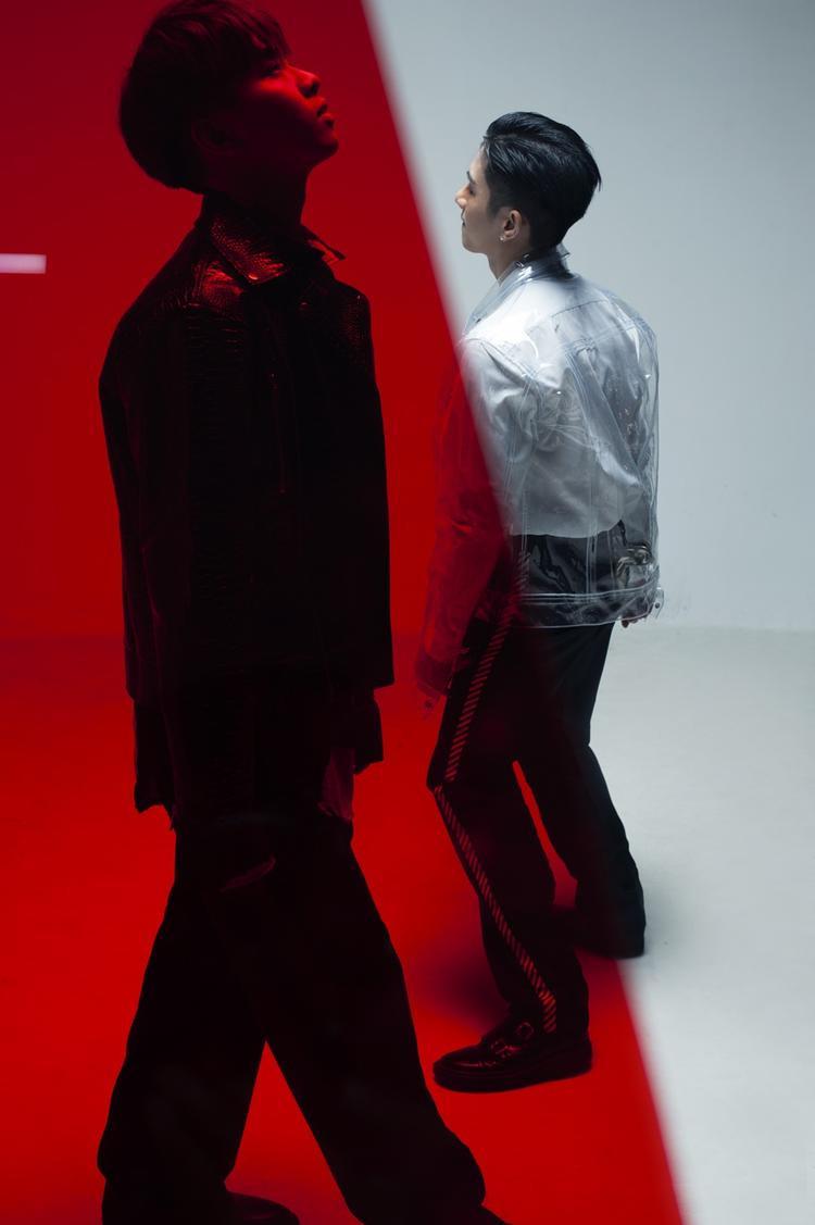 Bộ ảnh mang đậm phong cách siêu thực. Với lối trang điểm tàn nhang độc đáo theo trào lưu kết hợp với trang phục cá tính, hiện đại, hai anh chàng như đang lạc vào một thế giới mới đầy lạ lẫm.
