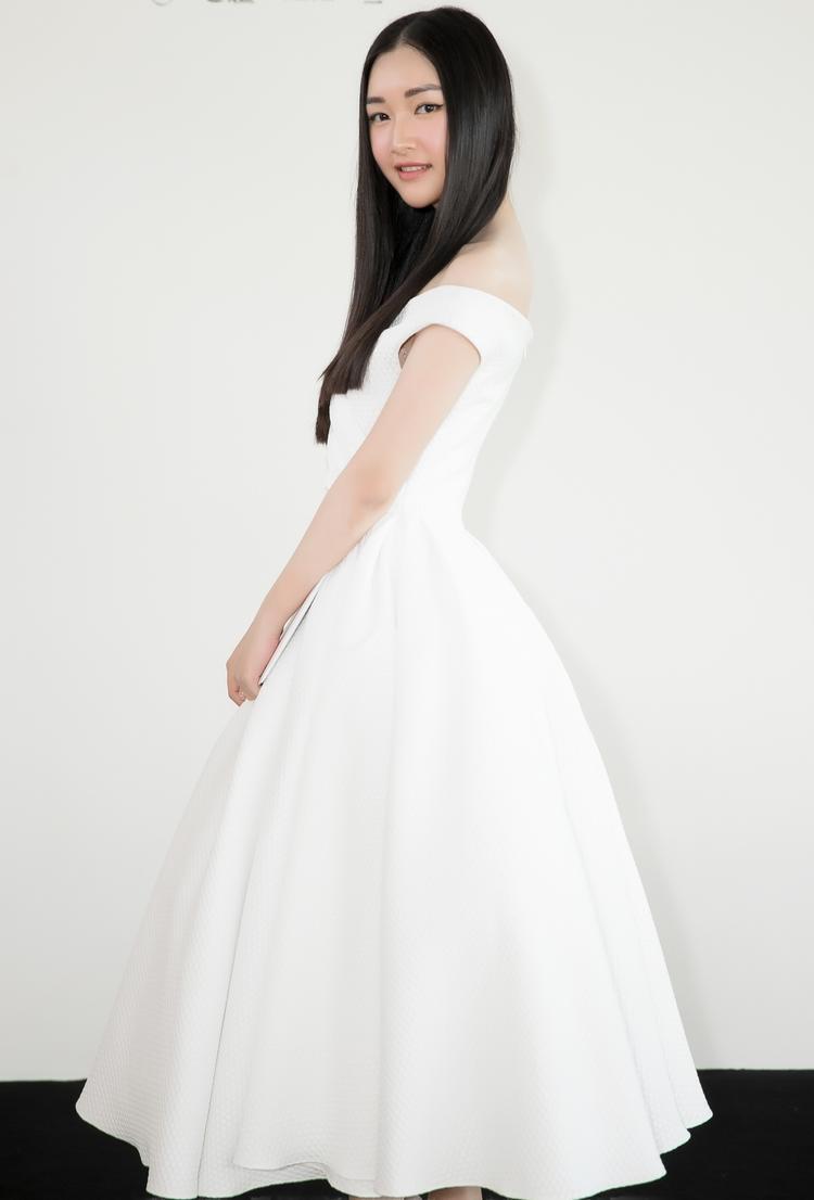 """Mái tóc đen dài rẽ ngôi của """"nàng thơ xứ Huế"""" - Ngọc Trân hoàn toàn phù hợp với chiếc váy bồng bềnh mà cô lựa chọn."""