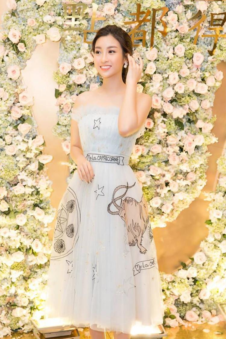 Nhan sắc ngọt ngào, băng thanh của Đỗ Mỹ Linh càng được tôn lên khi người đẹp diện những kiểu váy xòe, chất liệu voan nhẹ nhàng. Ngoài váy đuôi cá, có thể nhận định, đầm xòe công chúa là lựa chọn thứ hai được được đương kim hoa hậu Việt Nam ưa chuộng.