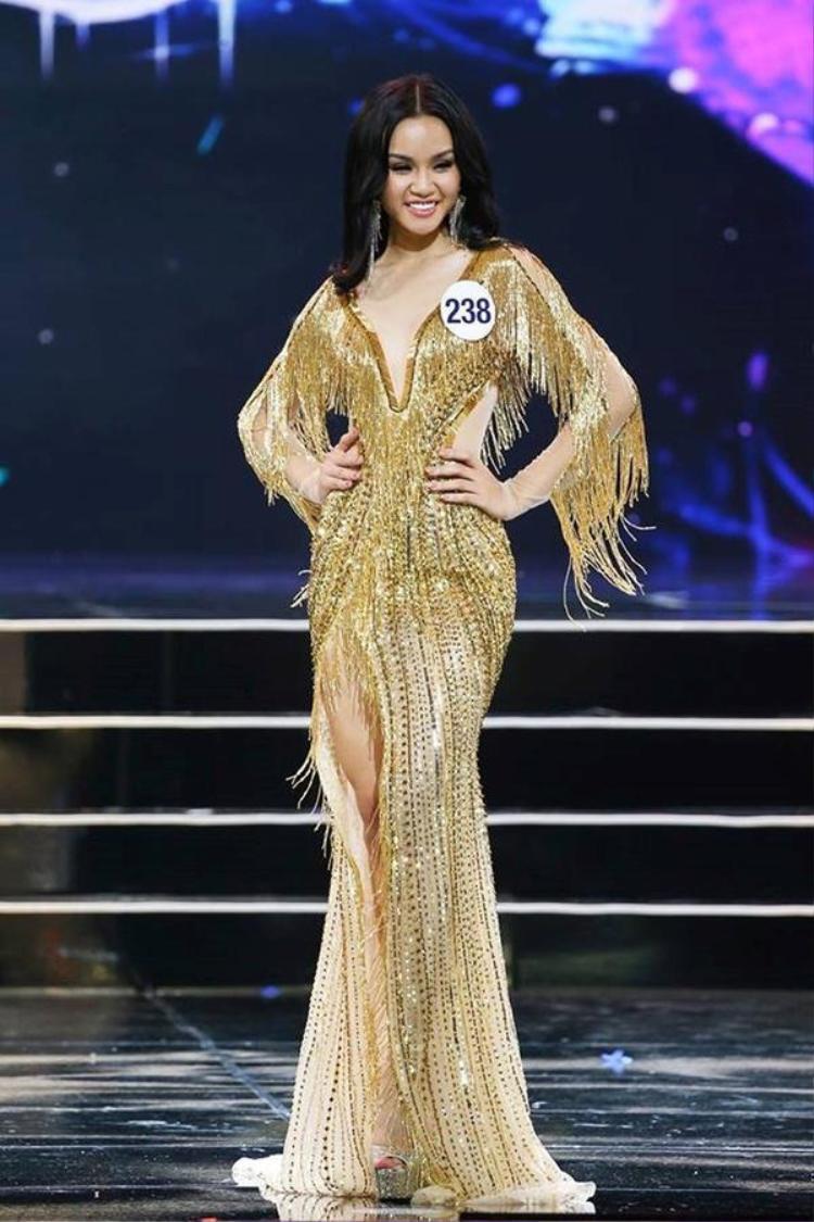 """Chiếc váy này """"hot"""" đến nỗi, trong đêm chung kết Hoa hậu Hoàn vũ 2017, thí sinh Lê Thu Trang cũng lựa chọn nó nhằm """"tỏa sáng"""" trên sân khấu."""