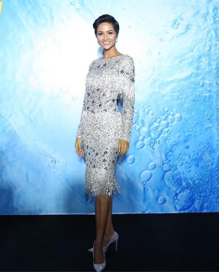 Hoa hậu H'Hen Niê cũng chọn một thiết kế tua rua ngắn khi tham dự sự kiện. Gam màu ánh bạc góp phần đem lại vẻ rạng rỡ, tôn lên làn da nâu khỏe khoắn của Hoa hậu Hoàn vũ Việt Nam 2017.
