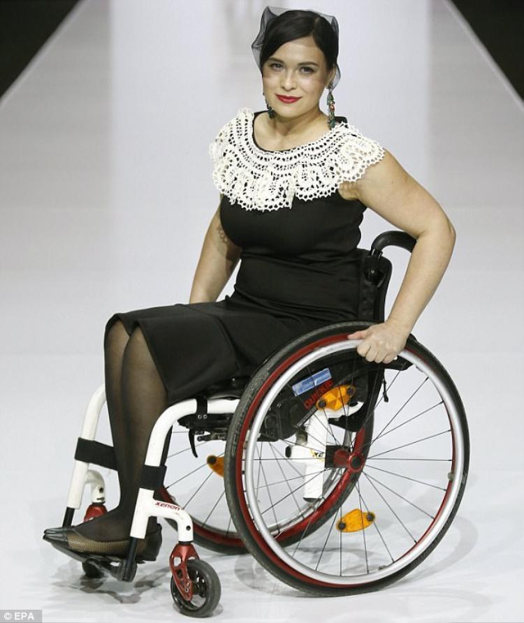 Câu chuyện về người khuyết tật làm mẫu không còn quá xa lạ trong làng mẫu thế giới.
