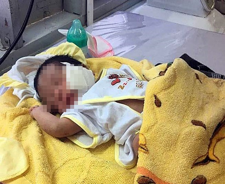 Đứa bé đang được chăm sóc tại BV La Gi.
